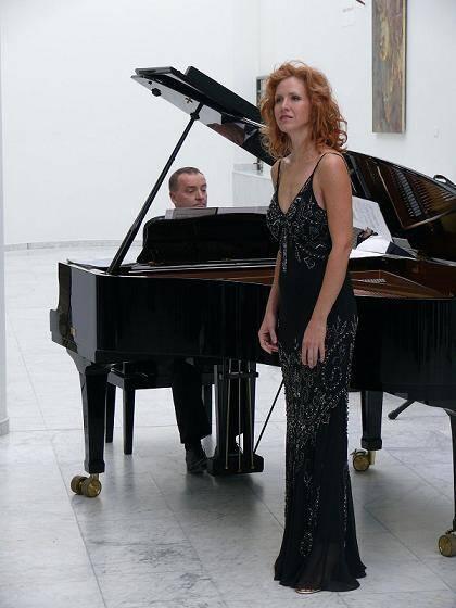 Amy Blake, soprano, sera sur scène au profit de l'enfance en souffrance.
