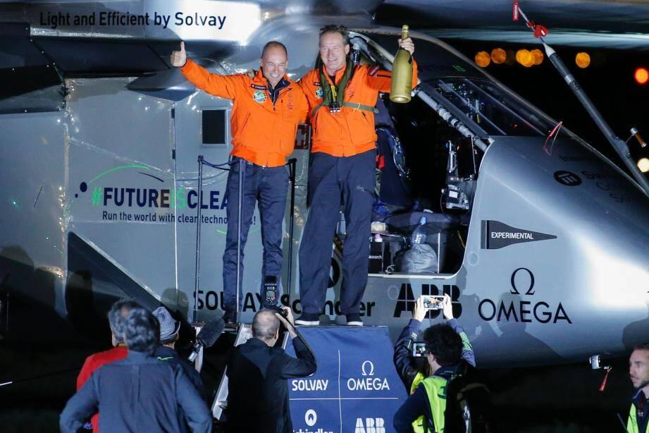 Peu importe l'heure matinale, Bertrand Piccard et André Borschberg, les deux pilotes suisses de Solar Impulse 2, ont bien mérité leur champagne, hier matin à New York.