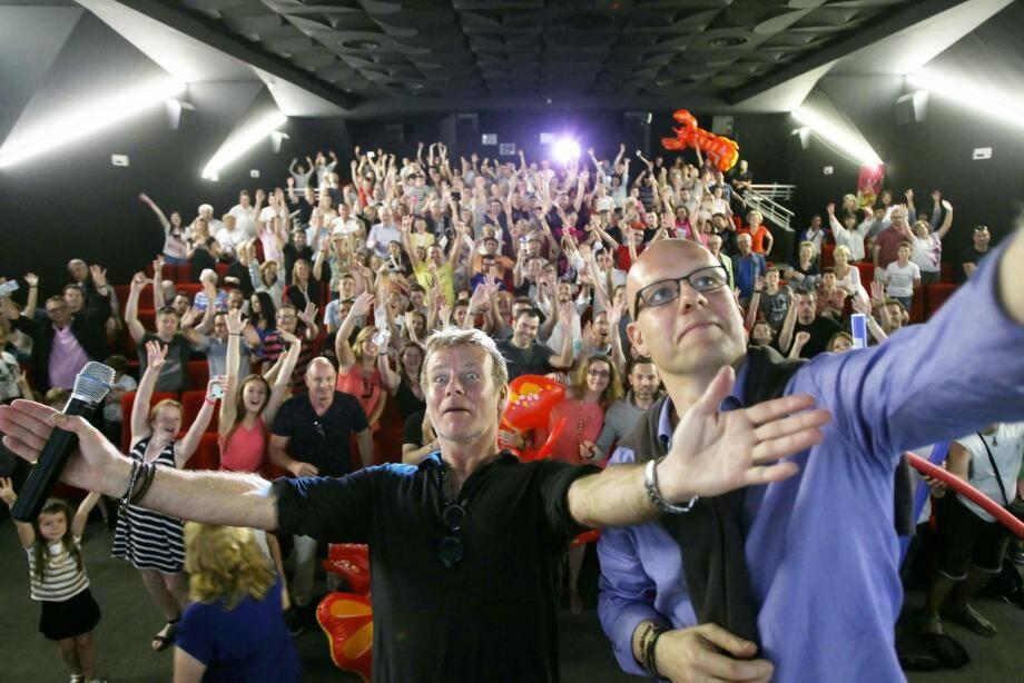 L'heure du selfie géant pour Franck Dubosc et ses fans venus voir en avant-première « Camping 3 ».
