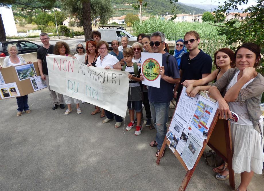 Des participants au pique nique d'hier, tous unis «pour sauver les dernières terres encore fertiles menacées par le béton».