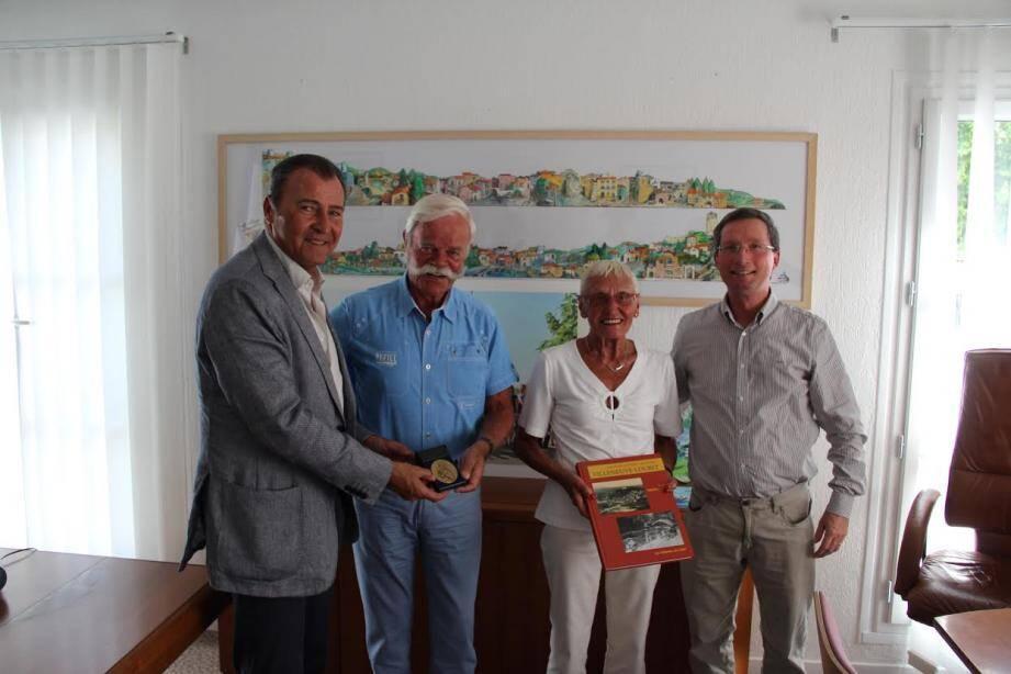Le maire remet la médaille de la ville aux Leenen (Antoine Medeiros)