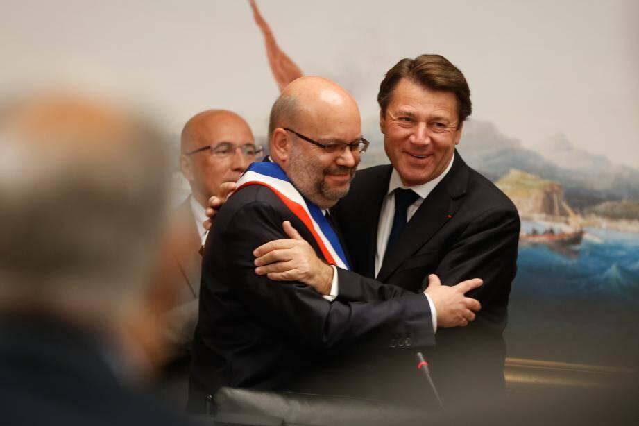 Christian Estrosi a remis symboliquement l'écharpe de maire à son ancien premier adjoint Philippe Pradal sous le regard du président du conseil départemental, Éric Ciotti.
