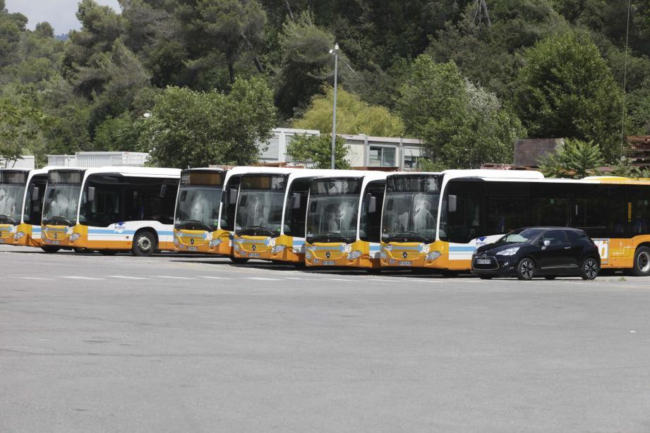 Au dépôt du boulevard du Mercantour à Nice, les bus sont au parking depuis le 28 avril. Pas sûr qu'ils reprennent la route bientôt. En attendant les usagers sont à la peine et réclament une compensation.