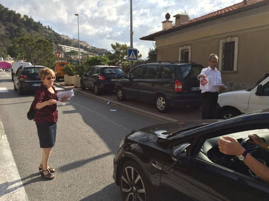 Hier matin, des militants syndicaux de l'USM ont distribué des tracts aux entrées de Monaco, comme ici sur la Moyenne corniche, appelant automobilistes et pilotes de deux-roues à la grève.