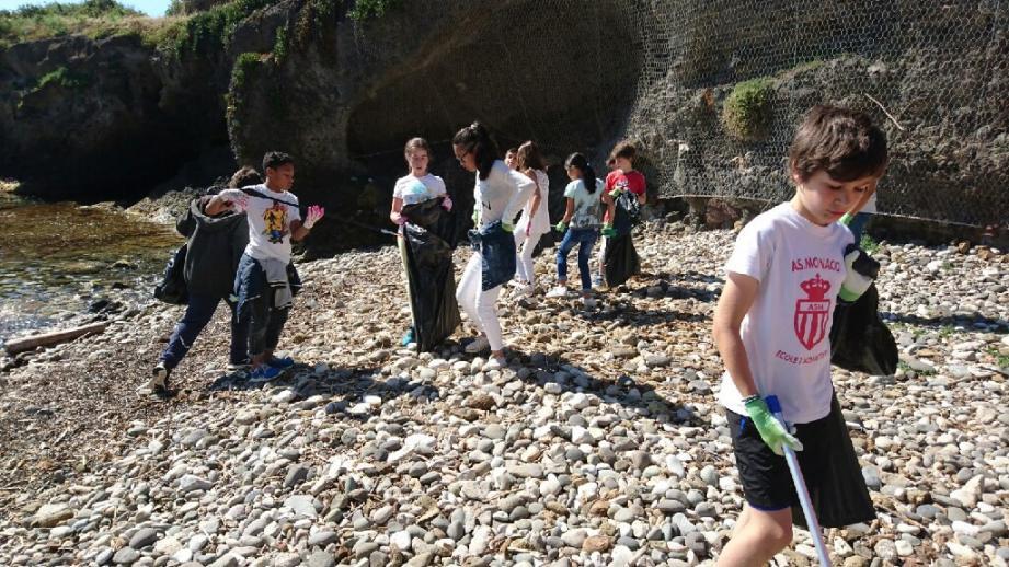 Cette Journée de l'environnement s'est faite concrète avec un nettoyage de la plage des Chiens, particulièrement exposée aux déchets apportés par la mer.