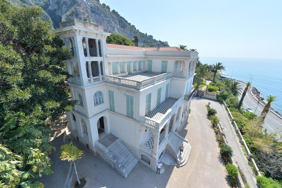 A deux pas de la frontière, la villa Maria Serena et son jardin offre une vue panoramique sur la grande bleue et la ville de Menton.