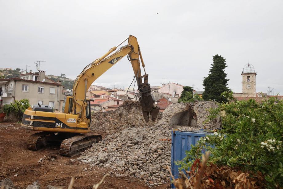 Une pelle mécanique a pratiquement rasé hier l'édifice ancien qui avait été découvert il y a quelques semaines. À gauche, le vestige de rempart est encore debout. Disparaîtra-t-il lui aussi ?