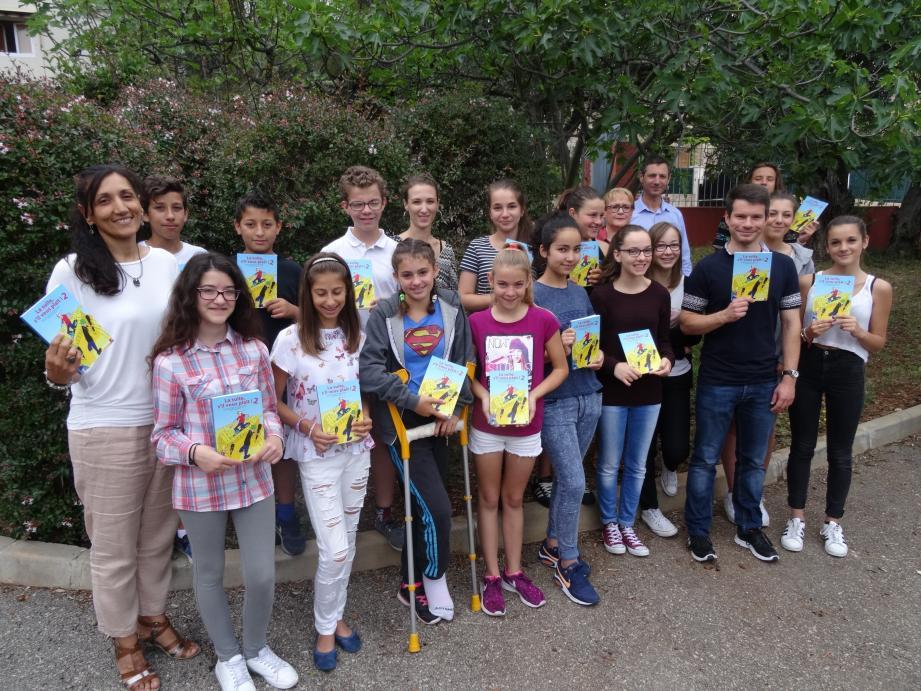 Les élèves de Picasso fiers de l'ouvrage qu'ils ont écrit «La suite s»il vous plait 2!» en compagnie de leurs enseignants et de la principale Marie-Pierre Rapine.