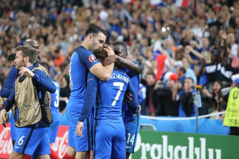 Passeur décisif, le Fréjusien félicite le buteur Antoine Griezmann. Qui se fendra d'un « Merci Adil » devant la presse.