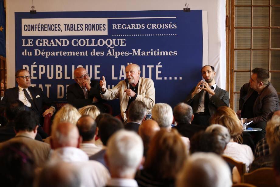 Première table ronde : « La République française face aux nouveaux défis de la laïcité ». De gauche à droite : Ghaleb Bencheikh, Jean-François Colosimo, Jean-François Kahn, Camel Bechikh et Christophe Bourseiller.