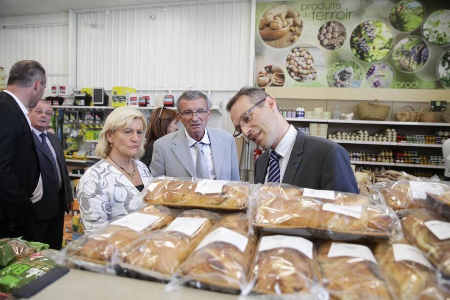 En visite dans le magasin rénové, étape au rayon produits du terroir pour le sous-préfet Philippe Castanet, le président Serge Amoretti et Nicole Merlino, élue niçoise.