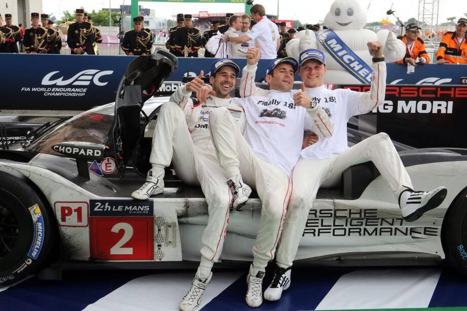 C'est gagné pour Neel Jani, Romain Dumas et Marc Lieb ! Le 18e triomphe de Porsche au Mans... tombé du ciel tout près de l'arrivée.
