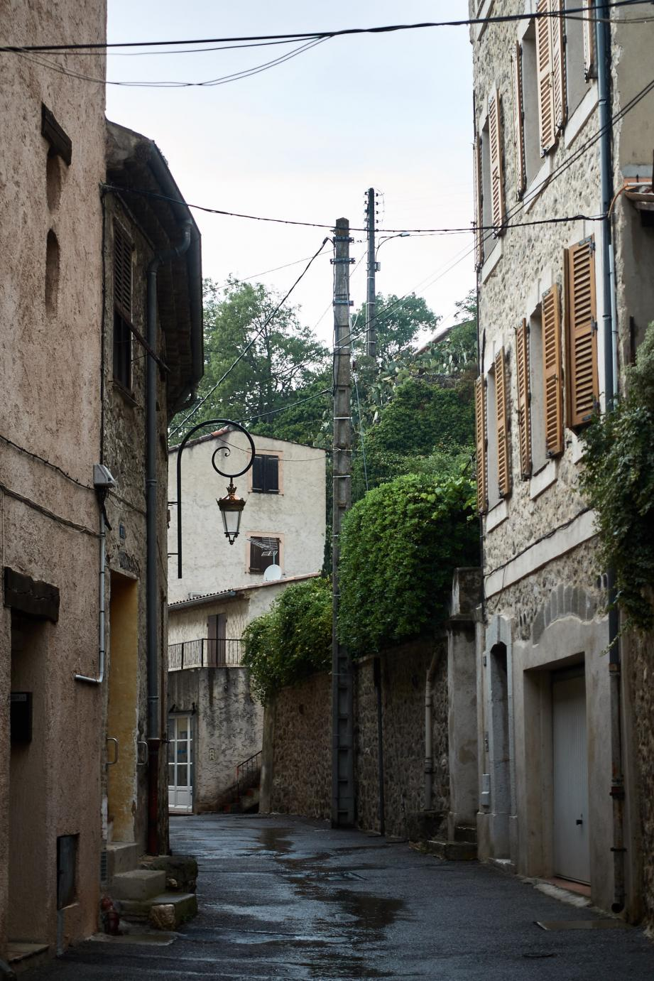 Les poteaux qui défigurent le village sont dans le collimateur de la municipalité.