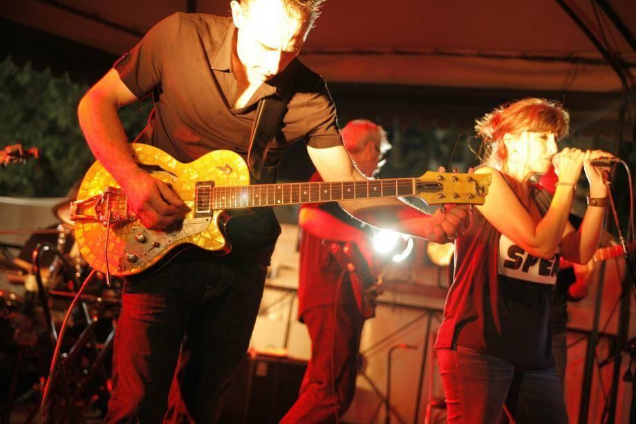Sur la place De-Gaulle de Cagnes-sur-Mer, les musiciens attirent à chaque fois un public nombreux.