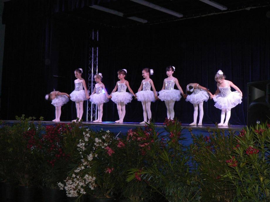Les plus jeunes danseuses n'ont que six ans.
