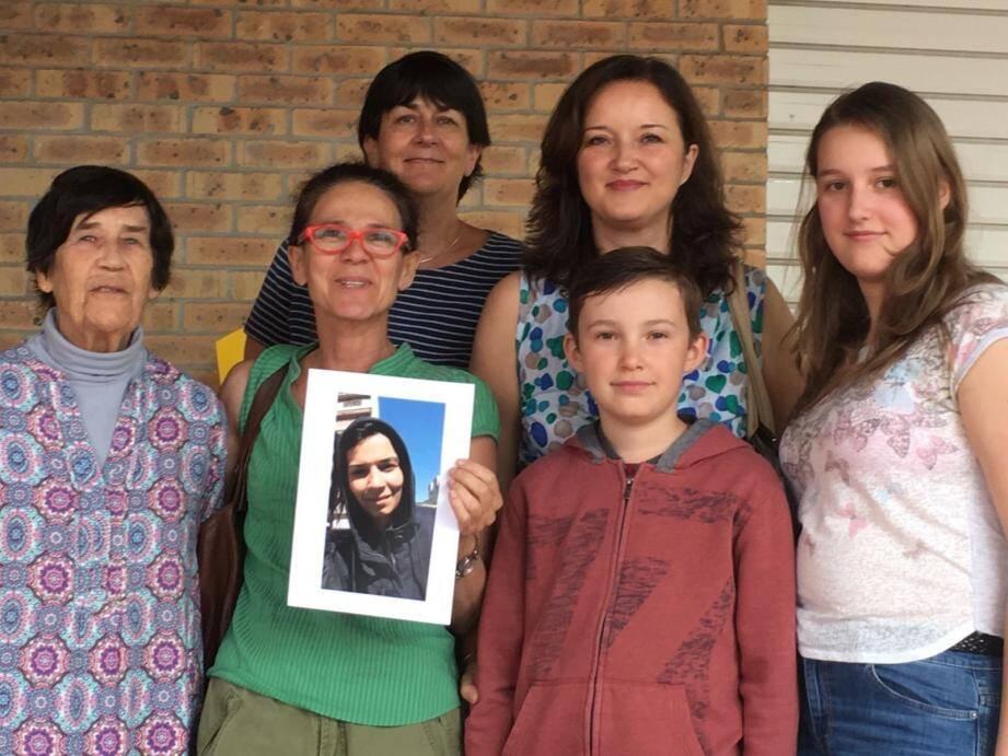 Christiane, Claire, Sandra, Océane, Guillaume et Valérie Weinhard tentent de soutenir la jeune Roumaine.
