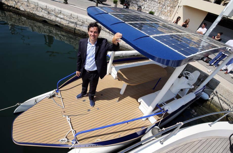 Guillaume Jacquet-Lagrèze, président de l'entreprise exploitante «SeaMagine» a inauguré le premier bateau électro-solaire «SeaZen» du département. Le navire sera mis en location sur le port dès la semaine prochaine.