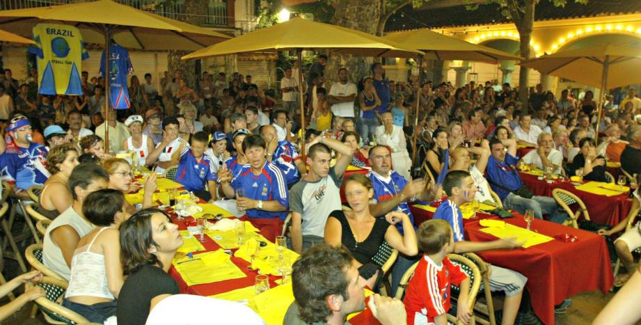 Des supporters attablés aux terrasses des bars et restaurants, une image qu'on ne verra pas pendant l'Euro 2016.