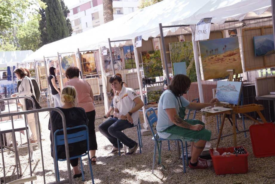Peintres, sculpteurs, dessinateurs... Une centaine d'artistes cannois exposent ce samedi et dimanche également dans les jardins de la ferme Giaume à la Bocca.