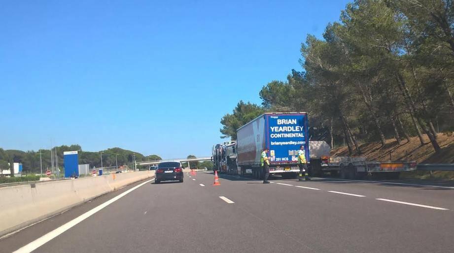 Les camions sont parqués sur le côté des voies.