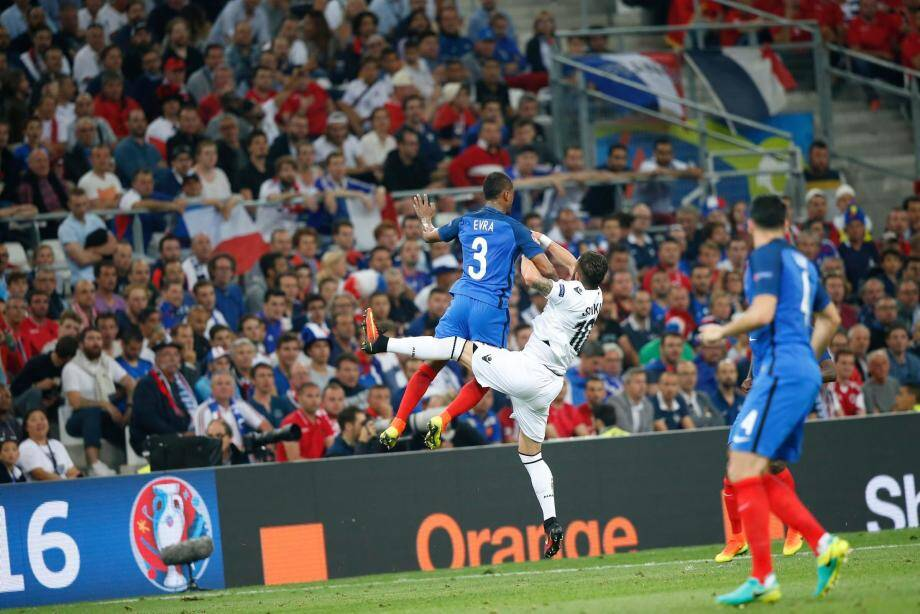 Patrice Evra prend le meilleur sur un joueur albanais.
