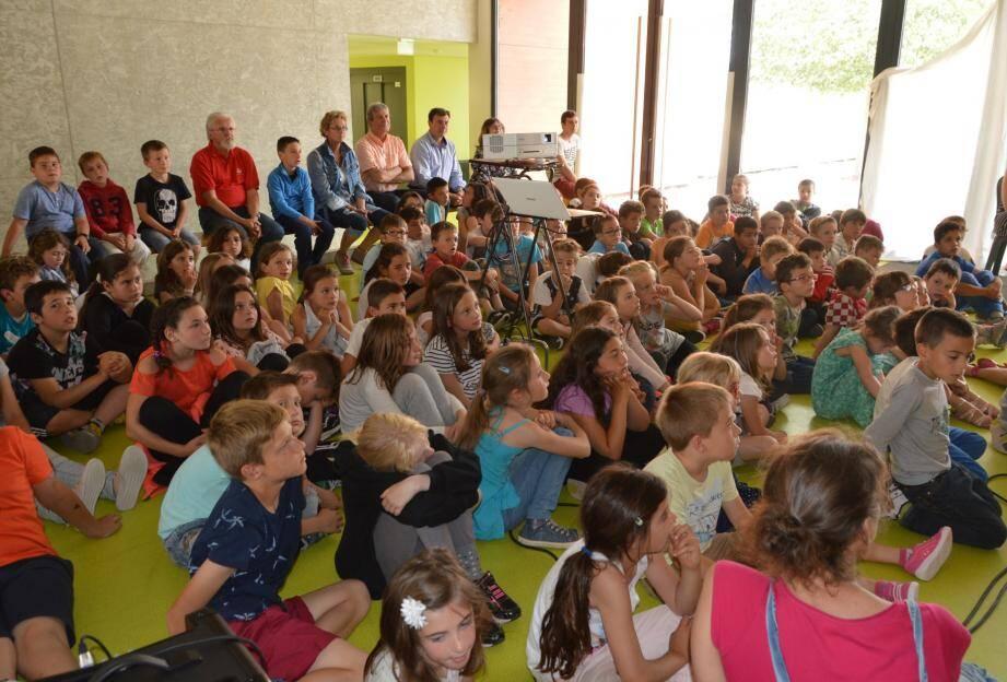 Les écoliers ont posé des questions après avoir vu le film qui a demandé trois mois de montage. Ils pourront encore revoir les photos lors d'une exposition dans le hall de l'école sur laquelle les enseignants vont pouvoir faire aussi s'exprimer les petits Saint-Cézariens.