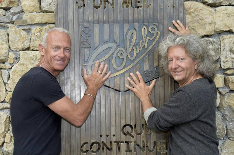 Le maire d'Opio Thierry Occelli et l'artiste Kristian lors de la pose de la stèle en hommage à Coluche, ce mercredi. Le totem anniversaire, haut de 2 mètres, ne sera totalement dévoilé que dimanche, à 11 heures.