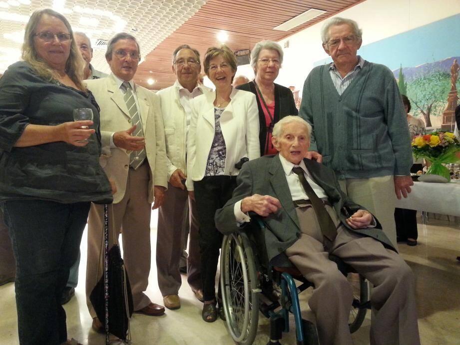 Michel Brément entouré de sa famille, dans la salle Courteline.