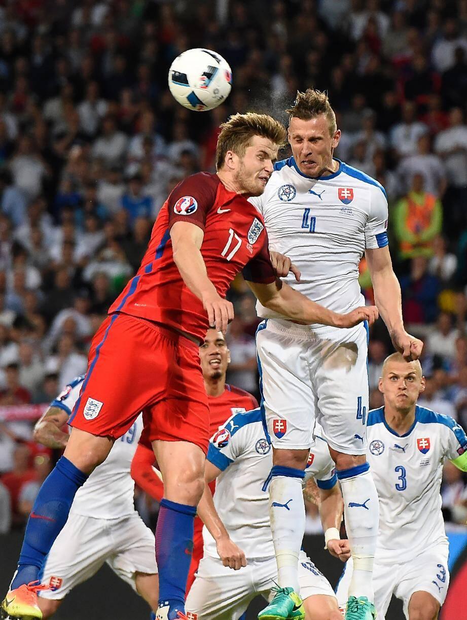 Buteur contre la Russie en ouverture du tournoi (1-1), Eric Dier (en rouge) a buté sur une défense slovaque solide hier soir. Avec quatre points, la sélection de Jan Durica (en blanc) pourrait, elle, terminer parmi les quatre meilleurs troisièmes de la compétition et voir donc les 8es aussi.
