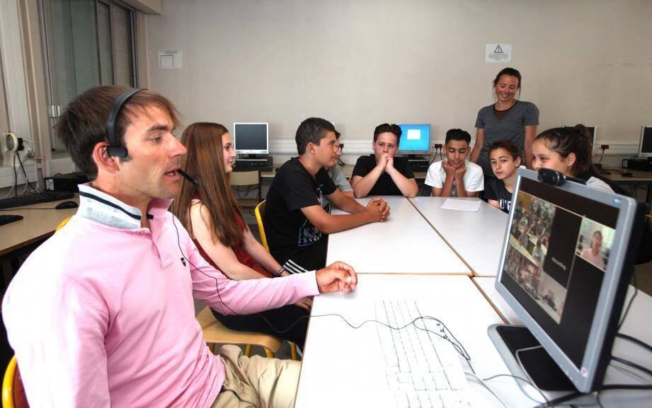 Amaël Moinard en visioconférence depuis le collège Paul-Langevin, où il a rencontré les élèves de 4e 7.