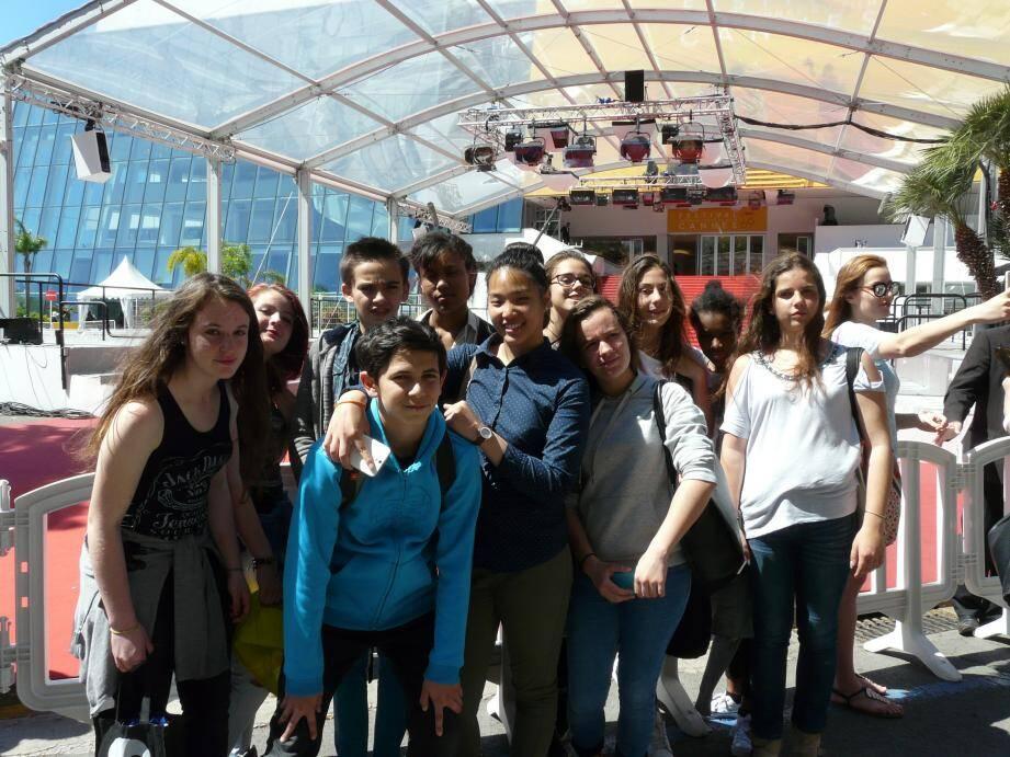 Devant les célèbres marches et le tapis rouge : le club de cinéma du collège Saint-Hilaire de Grasse était en visite au Festival de Cannes en mai dernier.