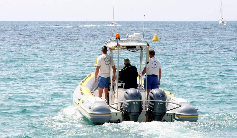 Les neuf CRS sont habituellement répartis sur trois postes durant l'été: plage Macé, Roubine et Nadine. En tee-shirt bleu, Eric Janssens délégué national MNS chez Unité SGP FO.