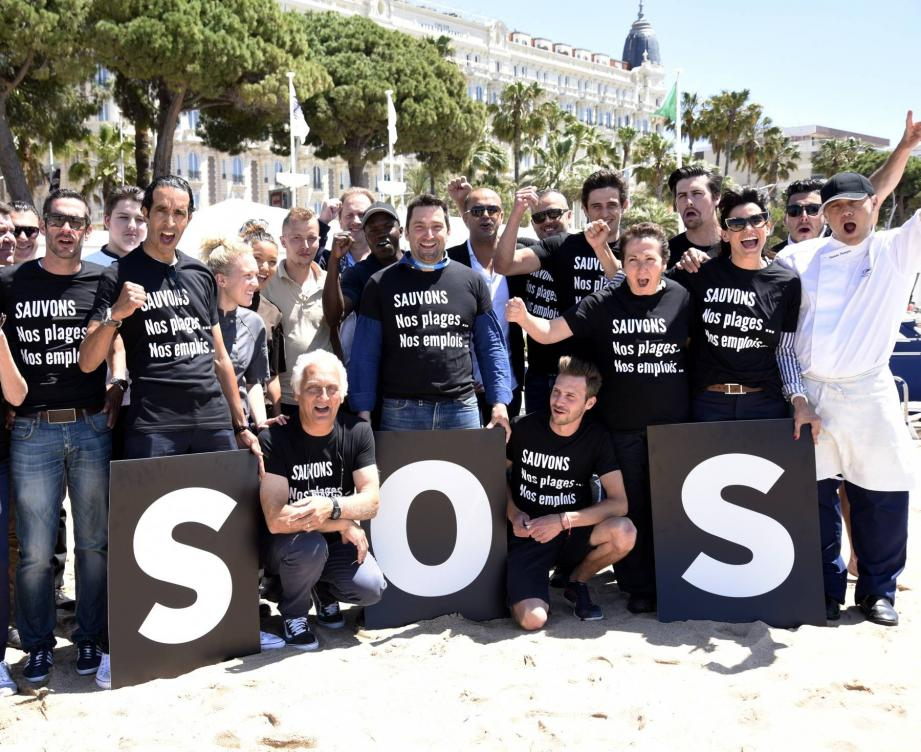 «Sauvons nos plages, nos emplois! » : le slogan inscrit sur les tee-shirts des participants, devant les marches du palais des Festival.
