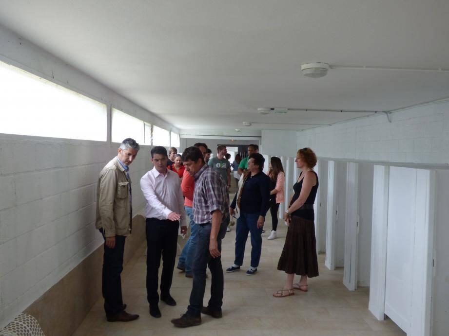 Marc Facchinetti et Jérôme Viaud en pleine inspection du carrelage flambant neuf des vestiaires.