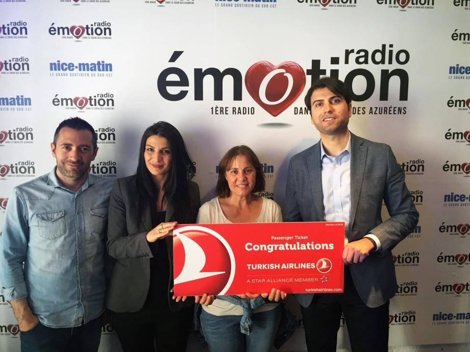 François Gala, directeur d'antenne, Özlem Ünal, Anne l'heureuse gagnante et Muhammet Ensar Karabulut, directeur de la compagnie aérienne.