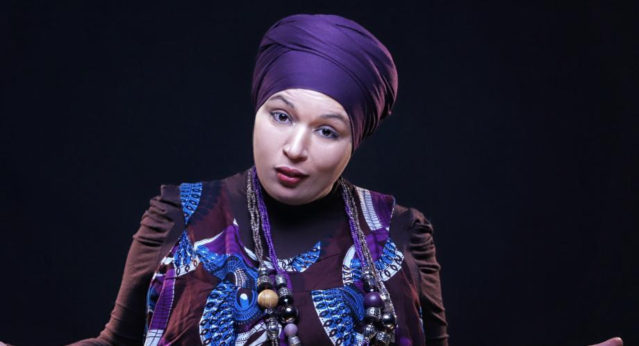 Samia Orosemane sera sur la scène de l'espace Jean-Ferrat ce soir avec son one-woman show «femme de couleurs». Un univers décalé proposé par ce nouveau phénomène qui secoue la scène humoristique française.