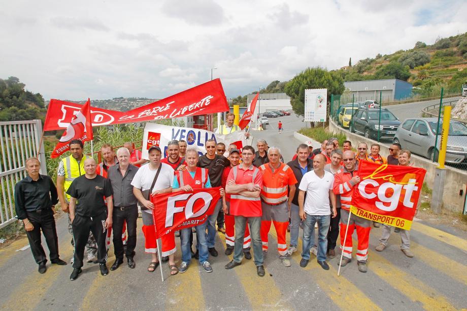 Depuis mercredi minuit, plus aucun camion n'entre ou ne sort du centre de tri de ValAzur à Nice Saint-Isidore.