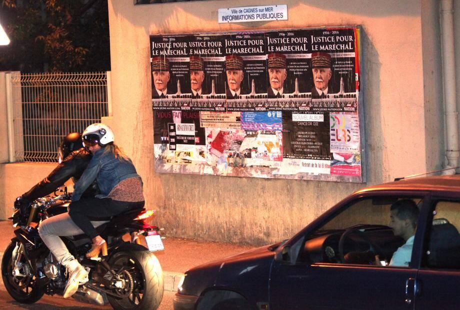 """Signées du mouvement d'extrême droite """"Jeune nation"""", plusieurs de ces affiches se trouvaient sur le panneau d'affichage d'une école."""