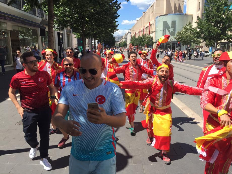 Les supporters espagnols et turcs.