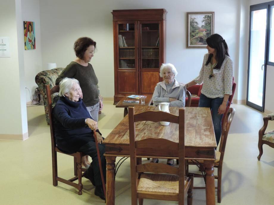 Salon, salle à manger, meublés «comme à la maison», pour se retrouver dans un cadre familial.