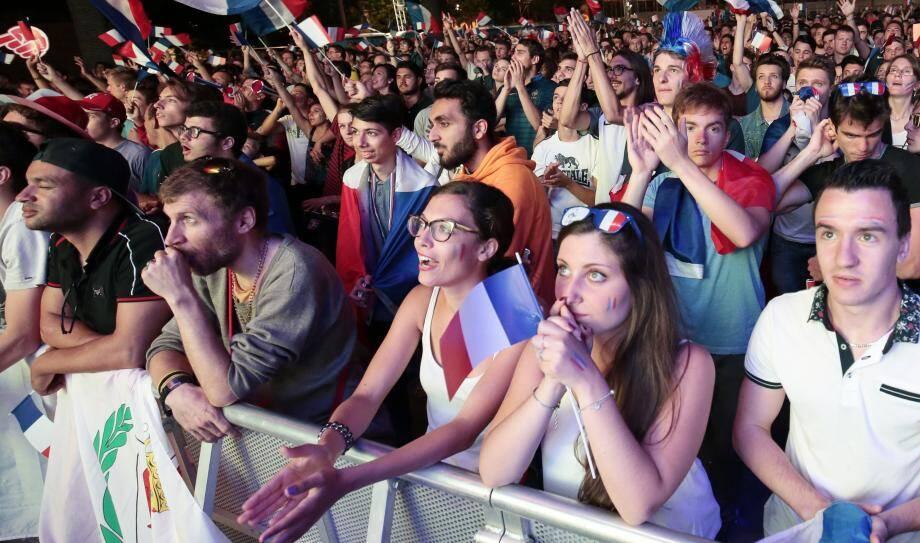 Ambiance dans la fanzone de Nice pendant le match France-Roumanie