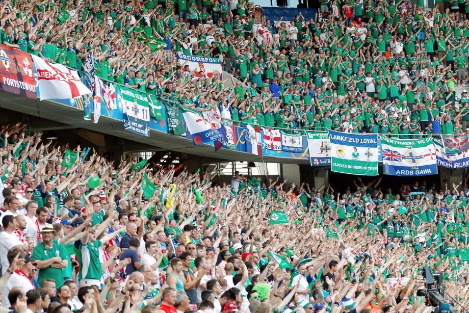 Des supporters nord-irlandais à l'Allianz Riviera lors du match Pologne - Irlande du Nord.