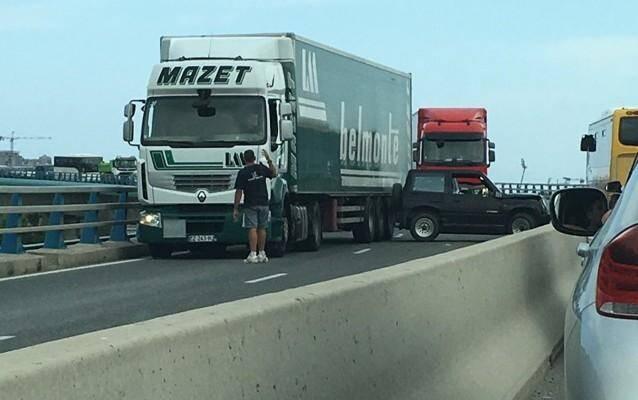 Le véhicule est dans une fâcheuse posture.
