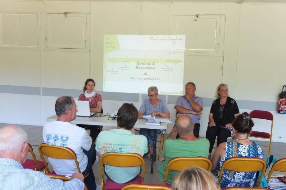 Catherine Estellon, du bureau «Espace», le maire, Danièle Chabaud; Daniel Apostolo, chargé de mission du dossier PLU et Nina Rouanet, conseillère municipale déléguée au dossier PLU.