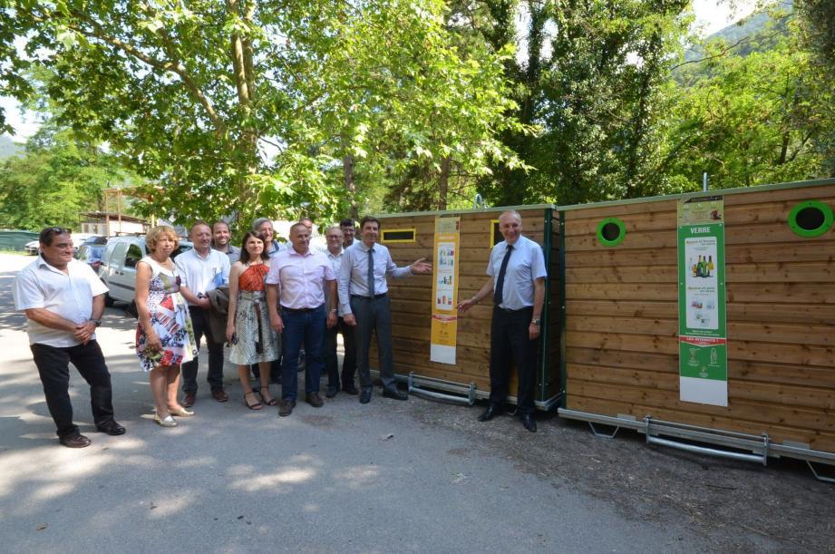 Les élus devant les nouveaux containers.