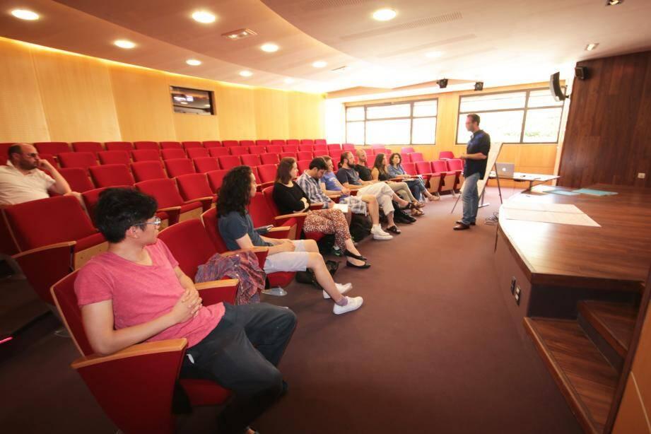 En raison de l'origine diverse des étudiants les conférences sont faites en anglais.