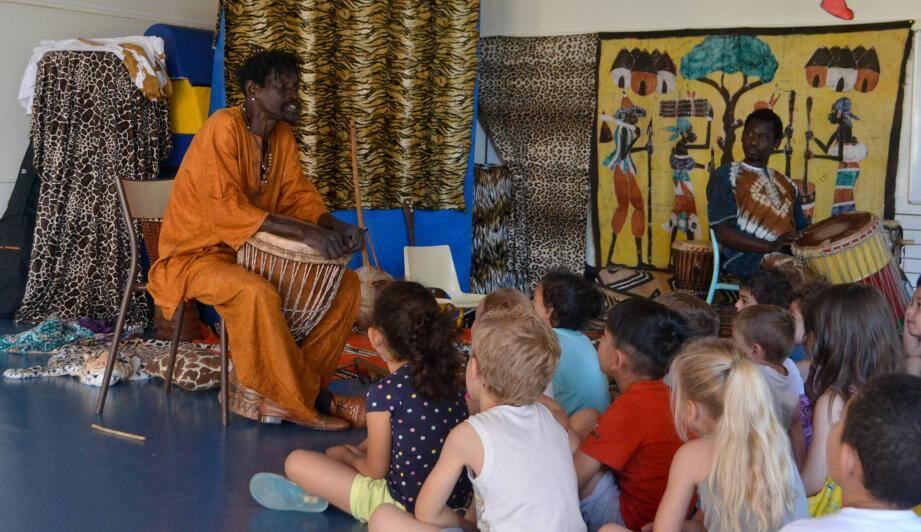 Accompagné au tambour, Momar a conté ses plus belles histoires aux élèves d'Aimé Legall.