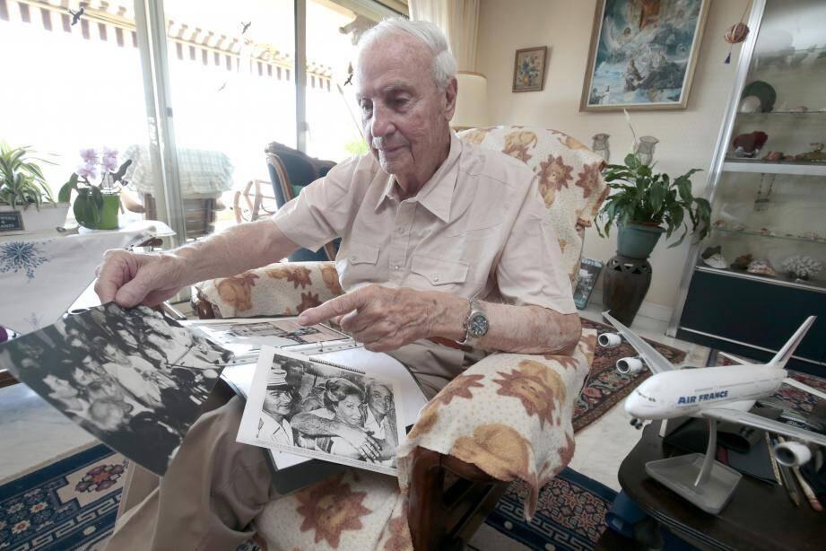 Michel Bacos avait reçu Nice-Matin dans son appartement niçois qu'il occupait depuis 35 ans. Sur ses genoux, la photo des retrouvailles avec sa femme, et celle de la conférence de presse improvisée après la fin de la prise d'otages de sept jours.