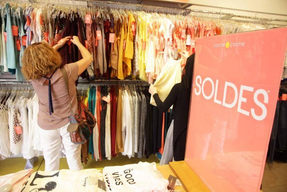 Dans les centres commerciaux (comme ici), les clientes étaient nombreuses à vouloir profiter des premières démarques de l'été.