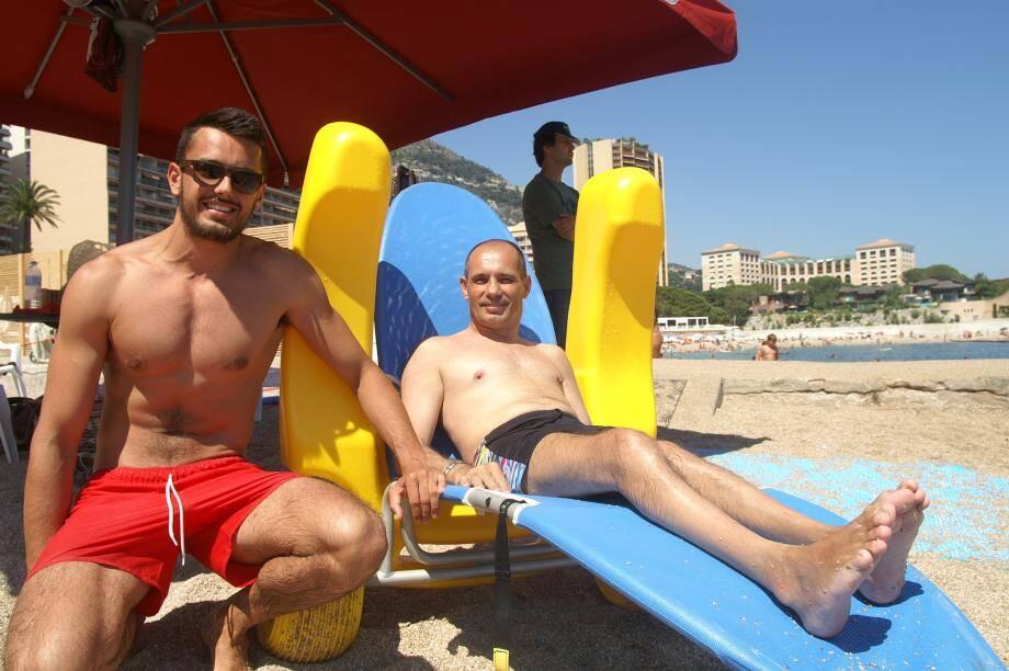Sur son tiralo,Renato (à droite), n'a aucun problème à se mouvoir et à profiter de l'eau. En cas problèmes, Arthur (à gauche) est là pour lui venir en aide.